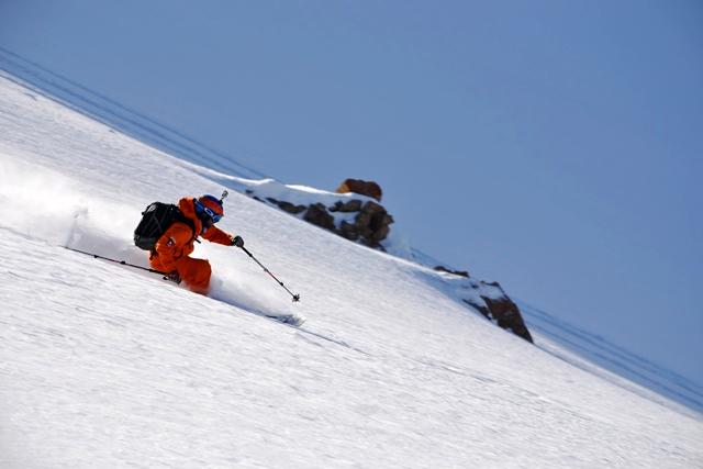 Jon Ahlsén till vardags skidlärare i Verbier. Här trycker han på lite extra i pudret.