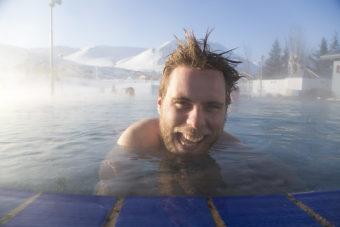 Naturliga varma källor är svårt att komma åt vid Dalvik på norra Island, men det finns ett varm och skönt utomhusbad som Anders Wingqvist verkar uppskatta.