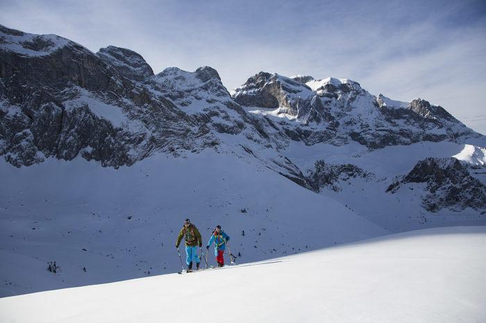 Martin Hesse och Oscar Hübinette på väg upp mot Chaiserstuel. I bakgrunden syns Walenstöckes toppar.