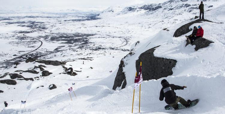 Riksgränsen Banked Slalom har på kort tid blivit Sveriges största snowboardevent. Här kör Matteus Lestage i ett av de mest tekniska partierna av banan.