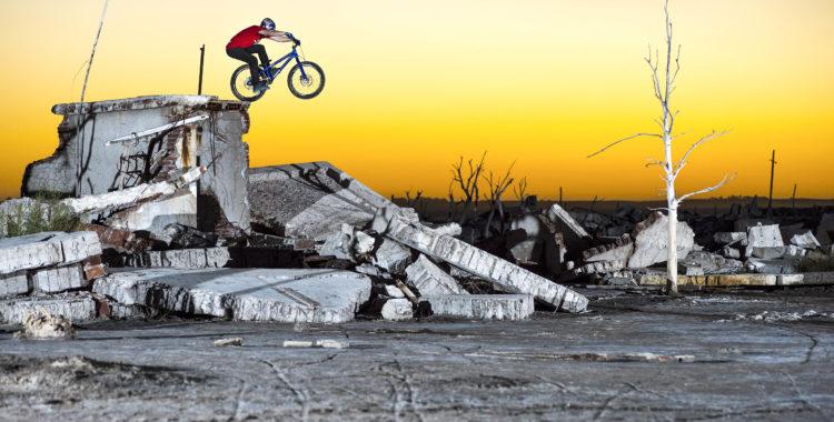 Danny MacAskill hoppar runt bland ruiner.