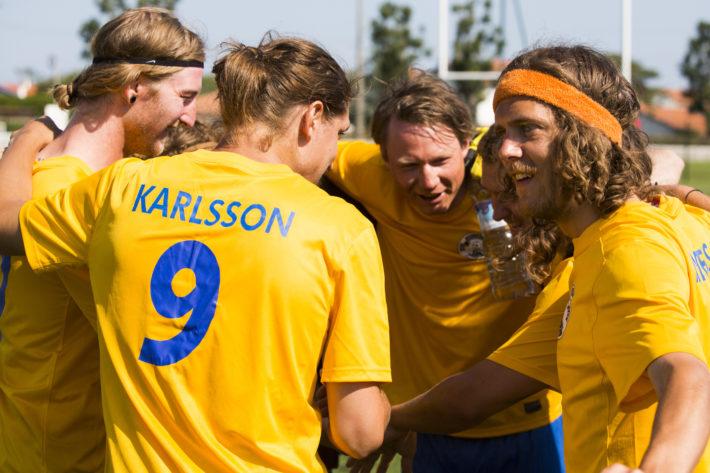 Svenska laget försöker skrämma Engelsmännen i första matchen genom att göra mysringen och skrika aggressiva vikingarop.