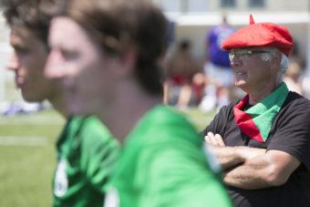 Baskien, som är ett distrikt i västra Frankrike och nordöstra Spanien, spelade med basker och scarf finaldagen till ära. Deras tränare ville inte vara sämre.