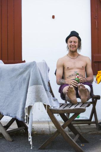 Nisse Arvidsson svalkar välförtjänt strupen utanför huset efter första galna speldagen.
