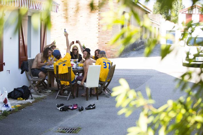 Slitna och glada hjältar pustar ut och påbörjar firandet av finalsegern, utanför huset man hyrt i centrala Biarritz