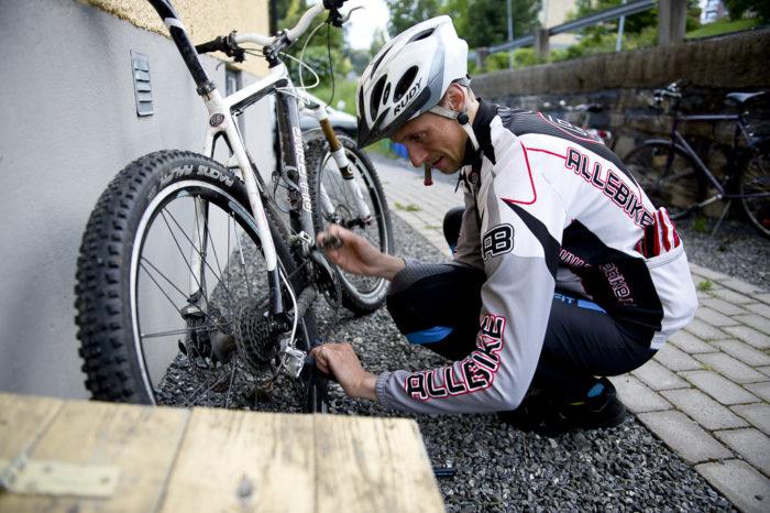 Dags att smörja cykelkedjan en sista gång inför svenska fjällkedjan.