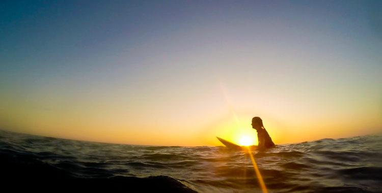 Obligatorisk sitta-i-solnedgången-klyscha i havet utanför Santa Teresa.