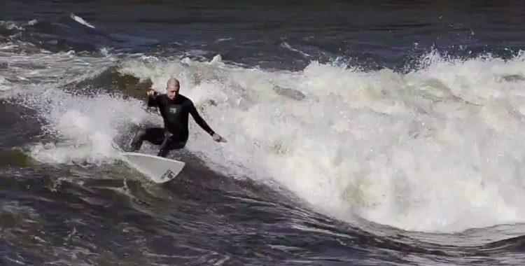 Terje och Ståle visar sina skills i floden. Dock med vissa svårigheter.