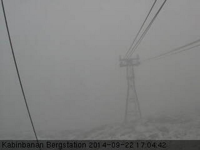 Det är lite svårt att urskilja, men möjligen snöar det på Åreskutan nu också.