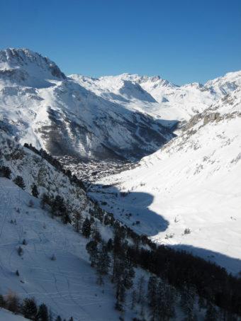 Val d'Isère sett från Fornet. Den stora klumpen till vänster i bild är Bellevarde.