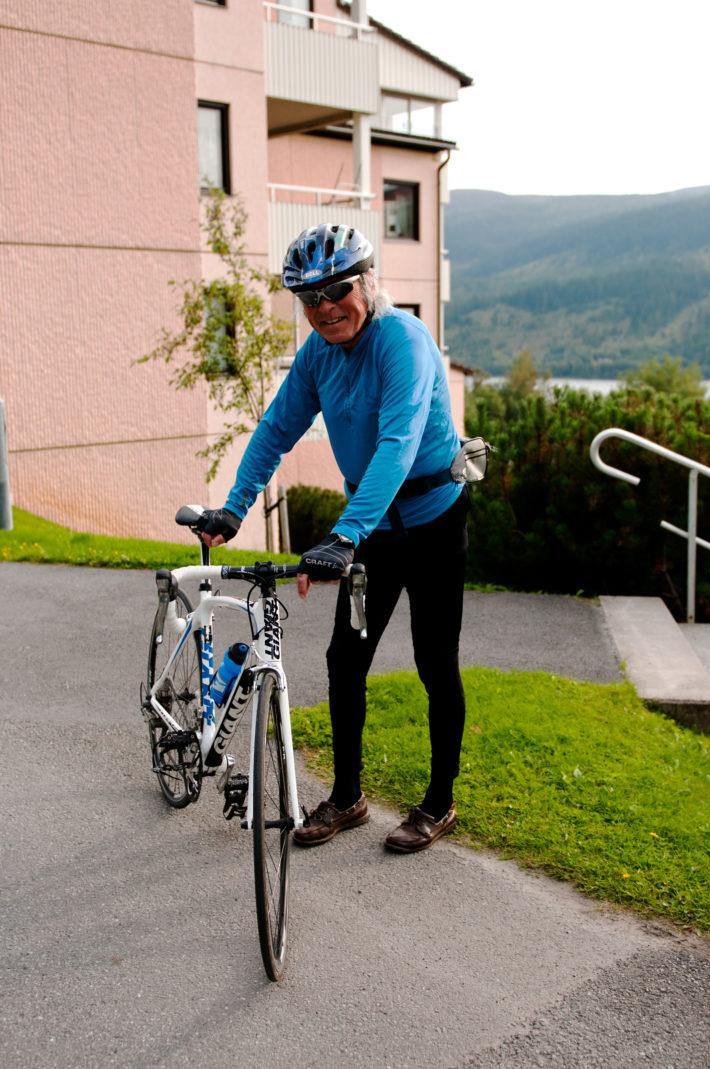 Jan poserar med en av sina tre cyklar. Så länge snön lyser med sin frånvaro rullar han varje dag i väntan på det vita guldet.