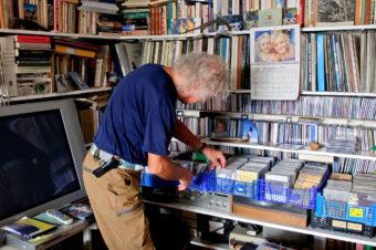 En vägg med LP-skivor och CD-skivor tar upp en betydande del av hans vardagsrum. Om Jan själv får välja lyssnar han helst till Dixieland Jazz.