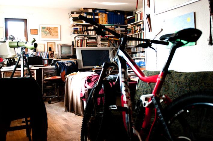Han vill inte riskera cyklar och skidor försvinner så de står allihopa parkerade i lägenheten på Källvägen. Better be safe then sorry