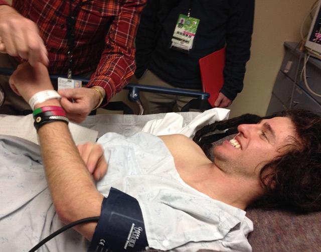 De amerikanska kommentatorerna tyckte det var märkligt att han kunde le på väg in i ambulansen
