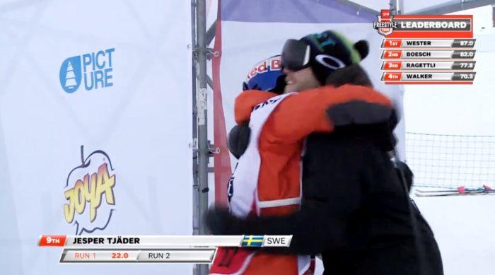 Jesper kramas om av coach Patte Nyberg innan sitt andra åk.
