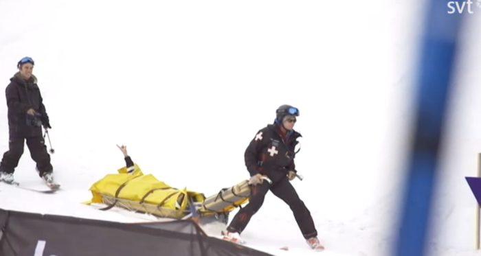 Henrik Harlaut i pulkan på väg ner efter en tung krasch