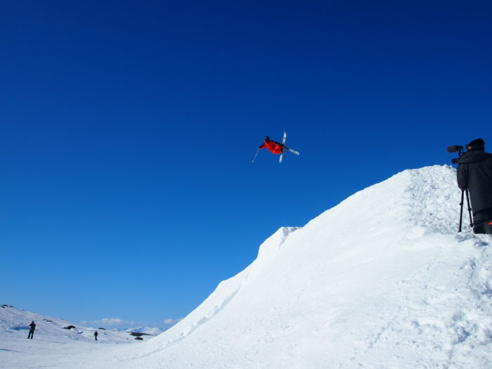 Per Spett greppar skidorna.
