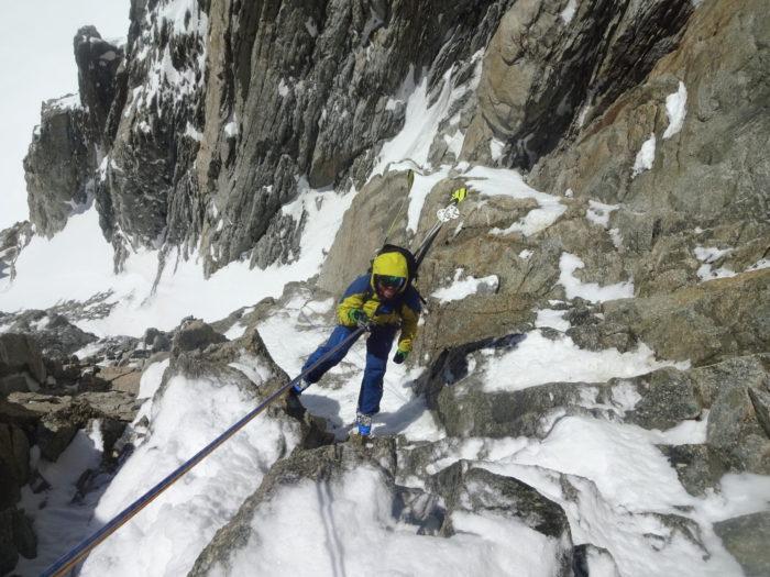 Jesper tar hjälp av rep och sele för att hitta ner för Mont Blancs alla återvändsgränder.