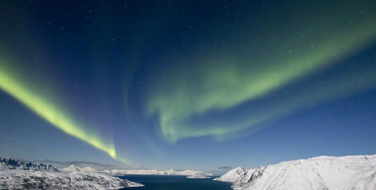 Sökes: skidåkare som kan lägga en sväng under norrskenshimlen i detta fjord- och bergslandskap.