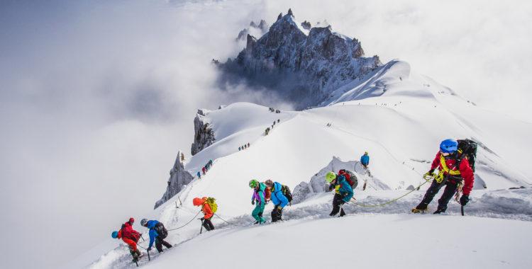 Deltagare på Arc'teryx Alpine Academy 2017 guidas ned för kammen från Aiguille du Midi.