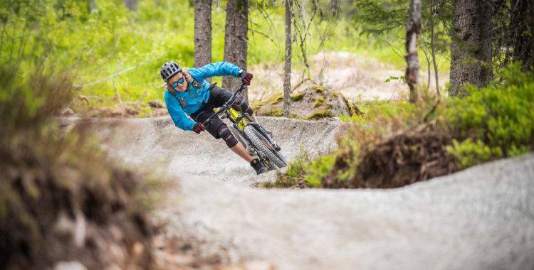 Anders Bakke kör på full gas hela vägen ner för 7500 meter cykelled