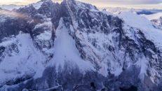 Otroligt skidåk nedför Fiva-rutten vid Trollväggen