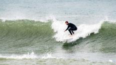 Fria fötter på surfbrädan i Ericeira, Portugal