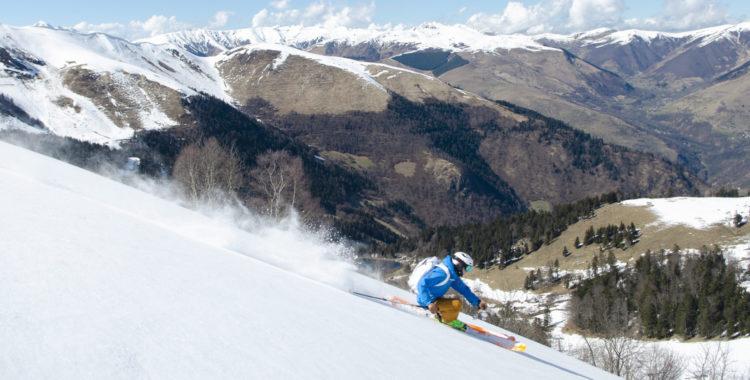 Olle Stenbäck framför kameran i Pyrenéerna med ett tydligt skifte mellan vinter och vår i bakgrunden.