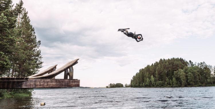 Elina Vesterlund nöter trick i vattenhoppet utanför Järpen.