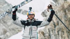 Världens första åk med skidor från toppen av K2