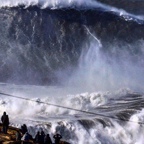 Brasilianska surfaren Rodrigo Koxa i färd med att slå världsrekordet i storvågssurfning.