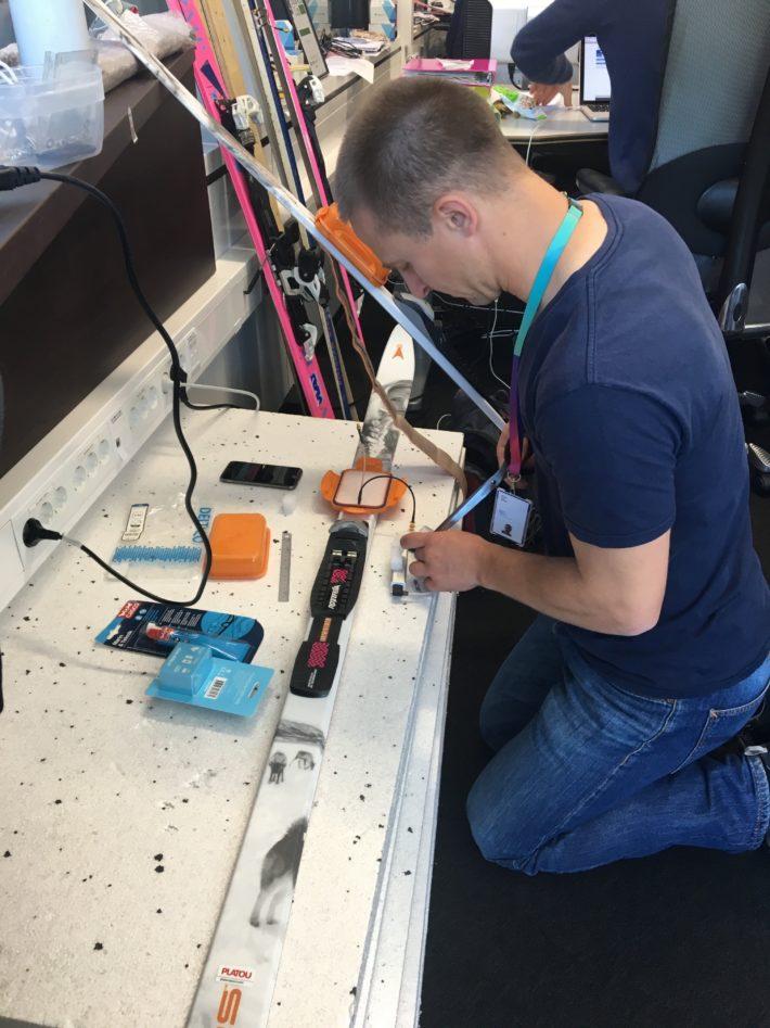 Lavinsensorn Dingo Pro testas på en skida.