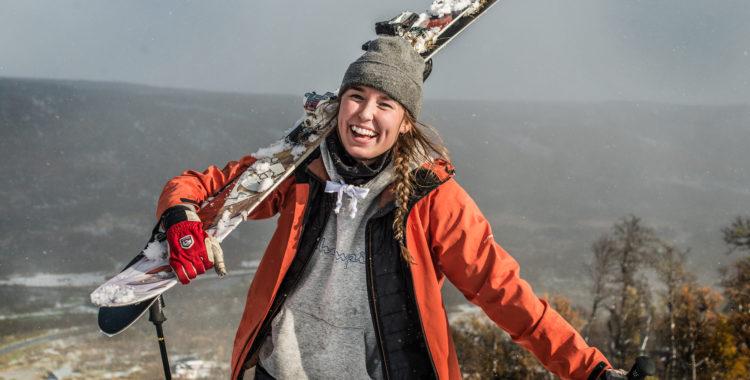 Ella Bengtsson gläds över Ramundbergets första snö.