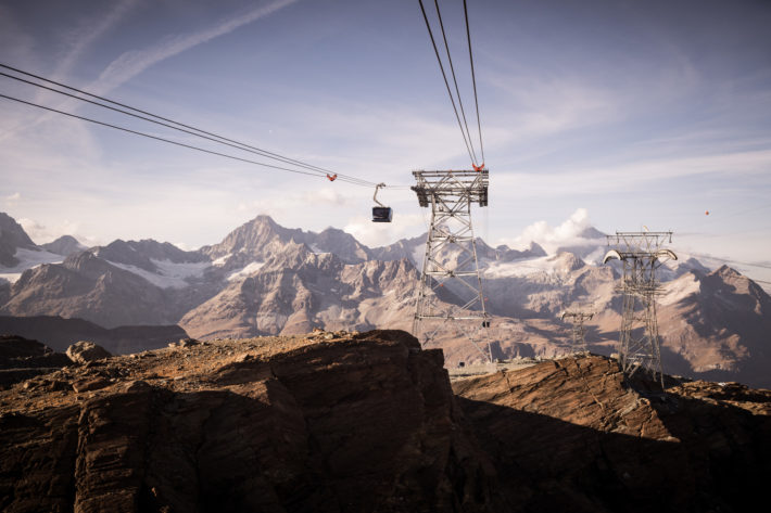 Matterhorn glacier ride mot bakgrunden av ett bergsmassiv.