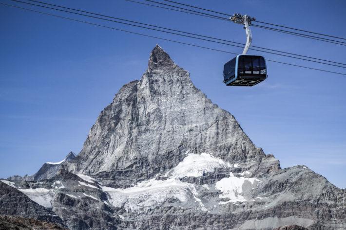 En av Zermatts nya gondoler mot bakgrunden av ett berg.