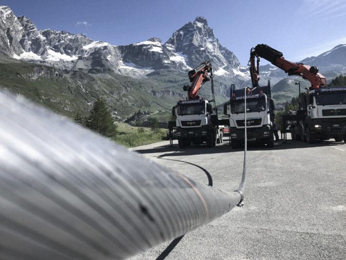Kablar sätts fast på Zermatts nya linbana.