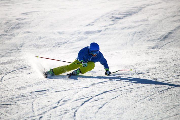 Bild på en skidåkare i Vilstabacken.