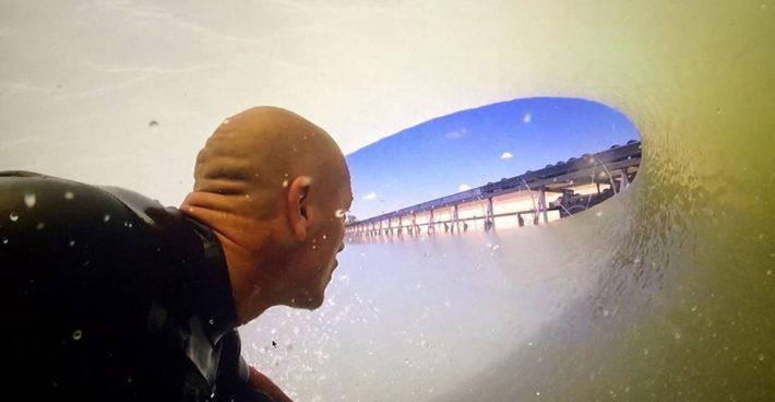 En bild av Kelly Slater inuti den konstgjorda tuben på Surf Ranch.