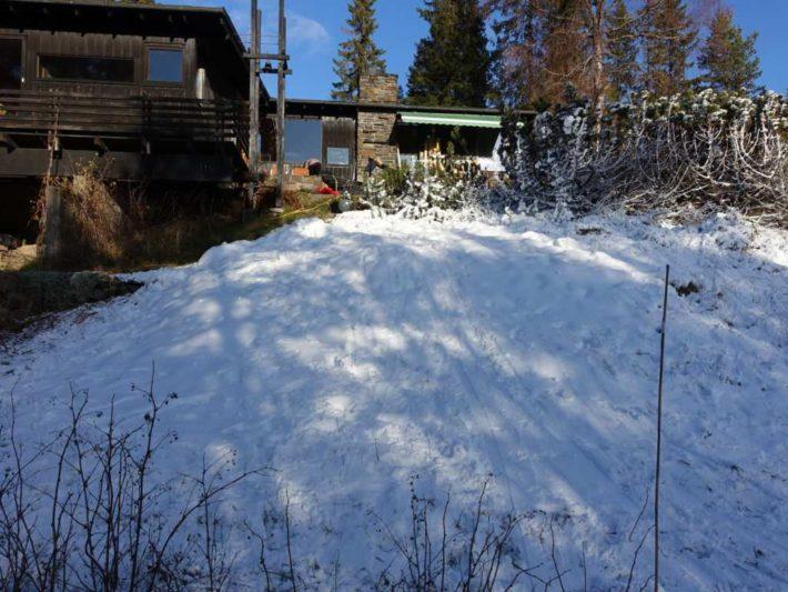 En bild på en tomt efter 14 timmars snötillverkning.