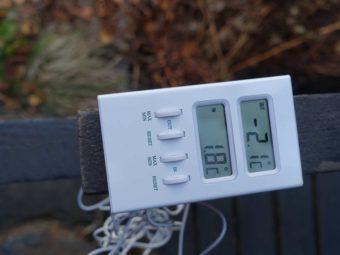 En bild på en fukt- och temperaturmätare.