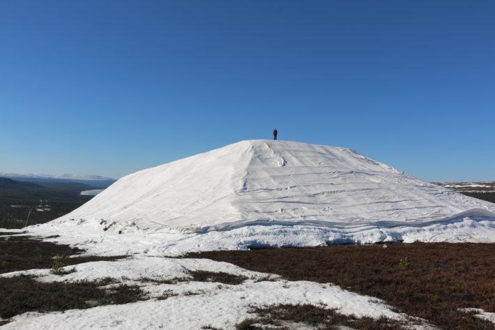 En bild av snö som sparas under en gigantisk duk i Idre Fjäll.