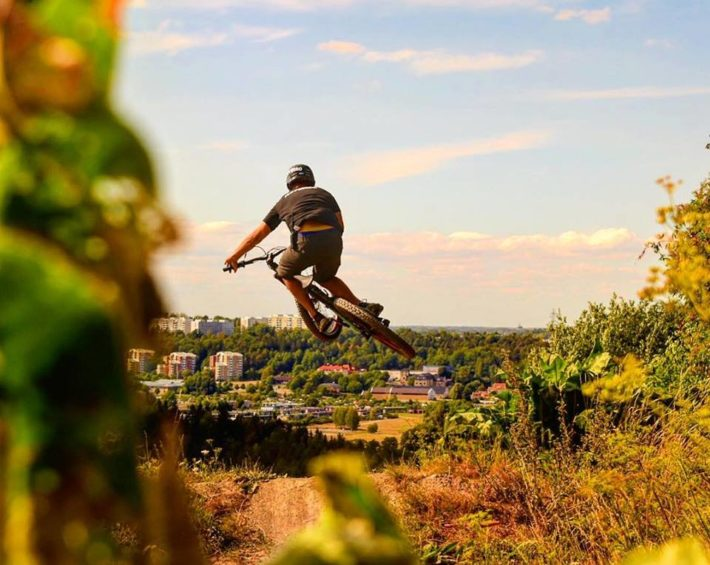 Höga hopp i Flottsbro Bike park