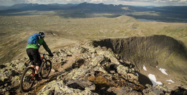 Helags är 1796 meter högt och har troligen aldrig cyklats från toppen tidigare.