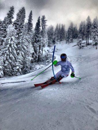 Hirscher åker skidor i Reiteralm Bergbahnen.