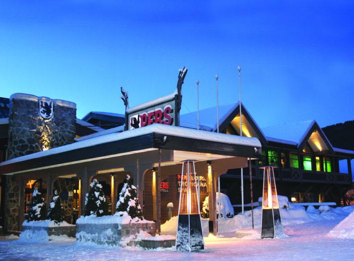 En bild på Pers Hotell på kvällen.
