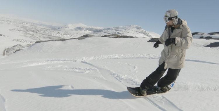 Jonas Hed åker snowskate i Riksgränsen.