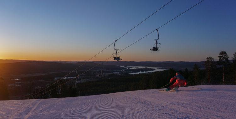 Tomt i backarna när Olle Stenbäck tajmar soluppgången i Järvsöbacken.