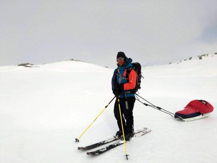 Jon Wagenius står på fjället med skidor och pulka.