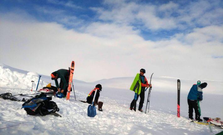 Gruppen sätter på stighudarna på sina skidor.