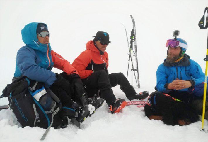 Jon Wagenius, Peter Järverup och Martin Rosén sitter och väntar på en sollucka.
